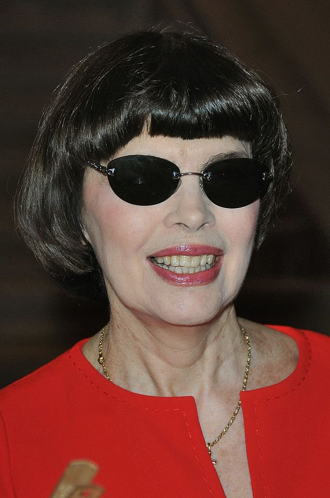 Mireille Mathieu affichant un grand sourire. | Photo : Getty Images