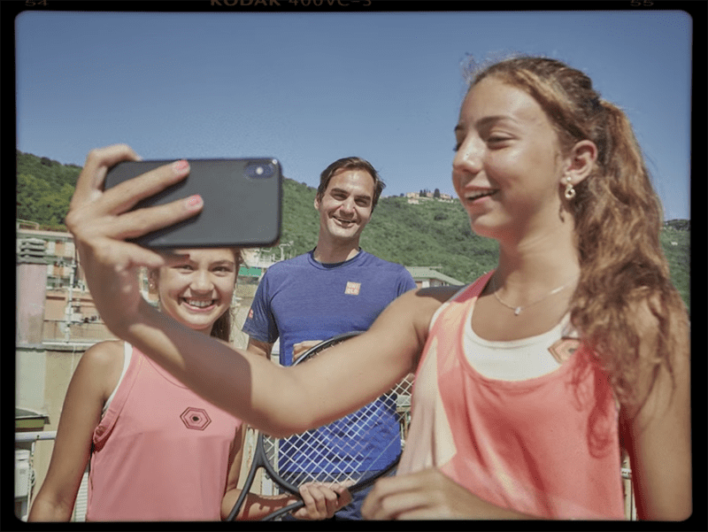 Roger Federer surprises Italian teenage girls Vittoria and Carola, his big fans, in an Italian rooftop in 2020. I Image: Youtube/ Barilla
