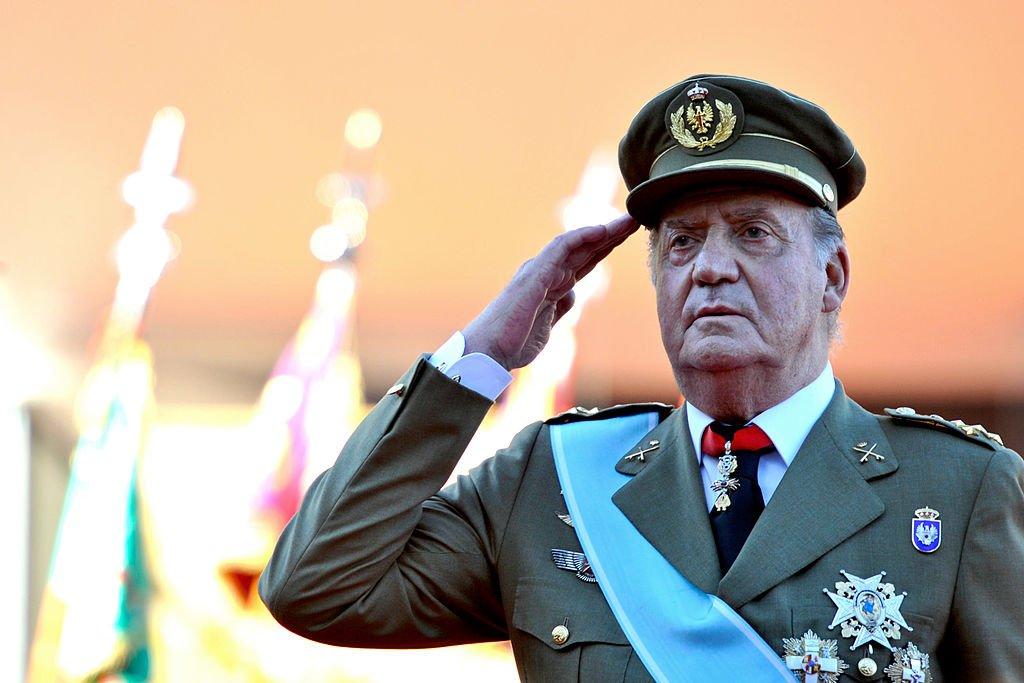 El Rey Juan Carlos I de España saluda durante el Día Nacional del Desfile Militar en el Paseo de la Castellana. | Imagen: Getty Images/ GlobalImagesUkraine