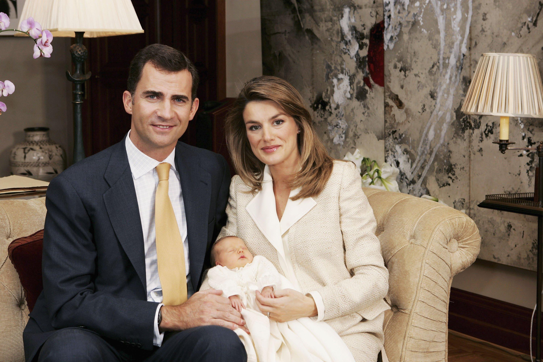 El Príncipe Felipe de España y la Princesa Letizia sostienen a la recién nacida Princesa Leonor en noviembre de 2005 || Fuente: Getty Images