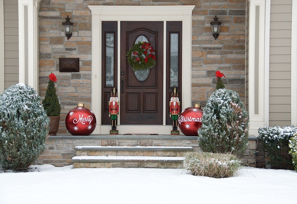 The front door of a home with Christmas decorations | Photo: Pixabay