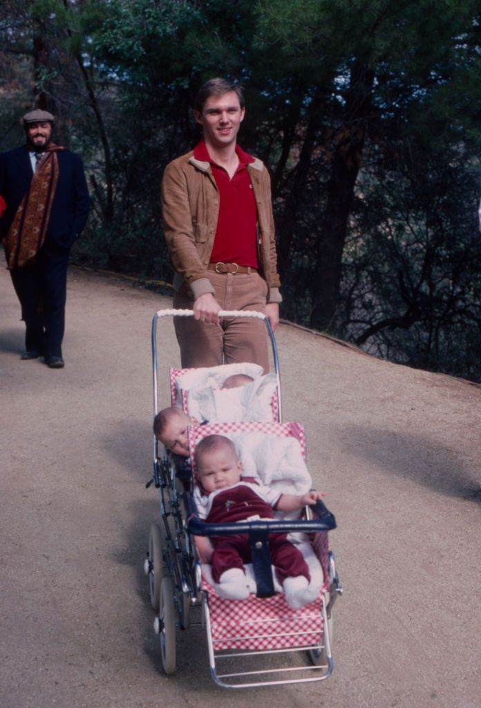 Richard Thomas and his children at 'Pavarotti & Friends' on March 29, 1982. | Photo: Getty Images .