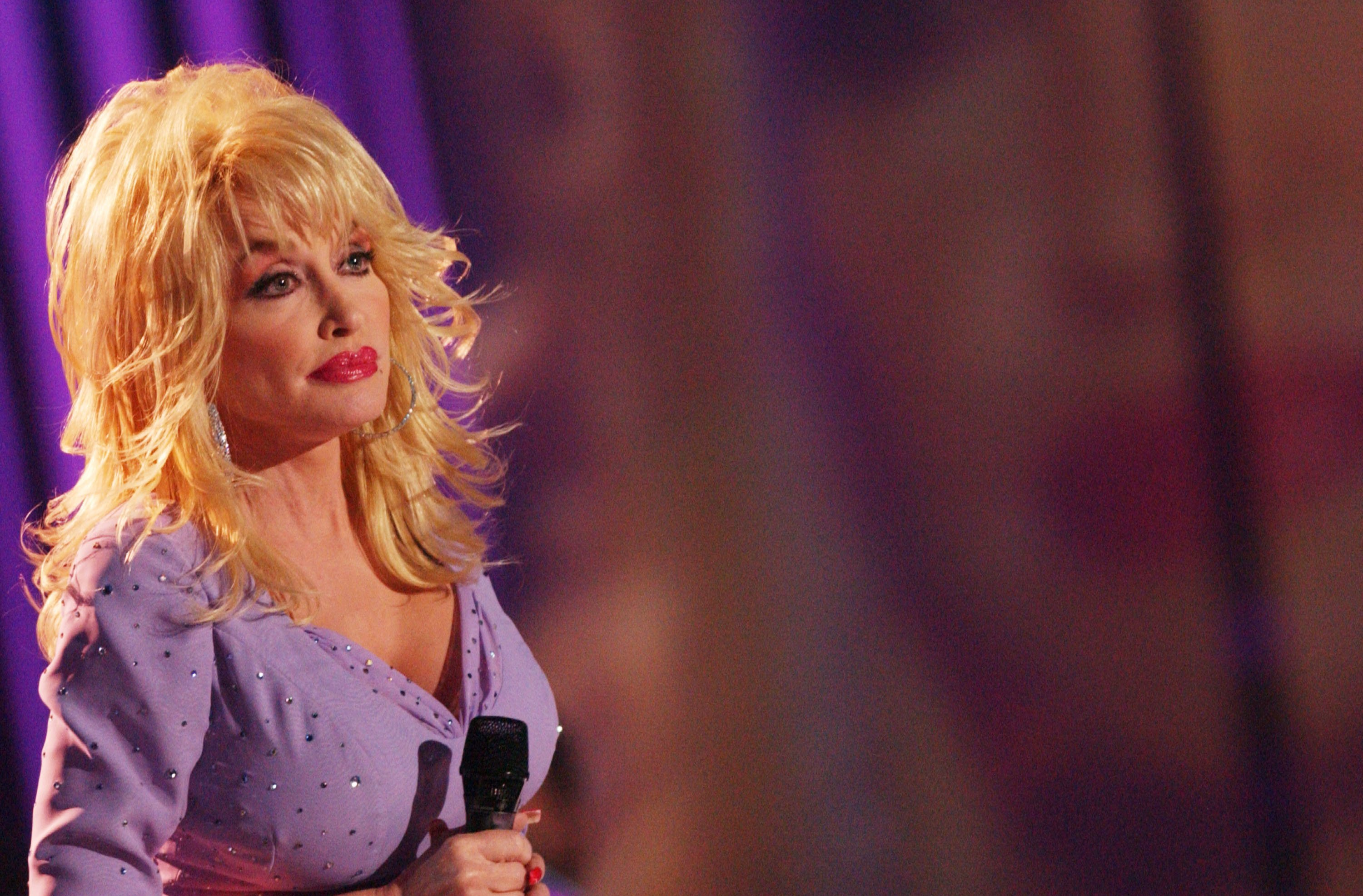 Dolly Parton on CMT 100 GREATEST LOVE SONGS, debuting on Sunday, June 13, 2004 | Photo: Getty Images
