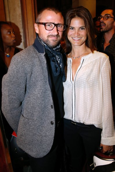 Alexandre Brasseur et son épouse Juliette au Théâtre Edouard VII le 15 septembre 2014 à Paris, France. | Photo : Getty Images