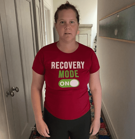 Comedian Amy Schumer just one week after undergoing surgery for her endometriosis | Photo: Instagram.com/amyschumer