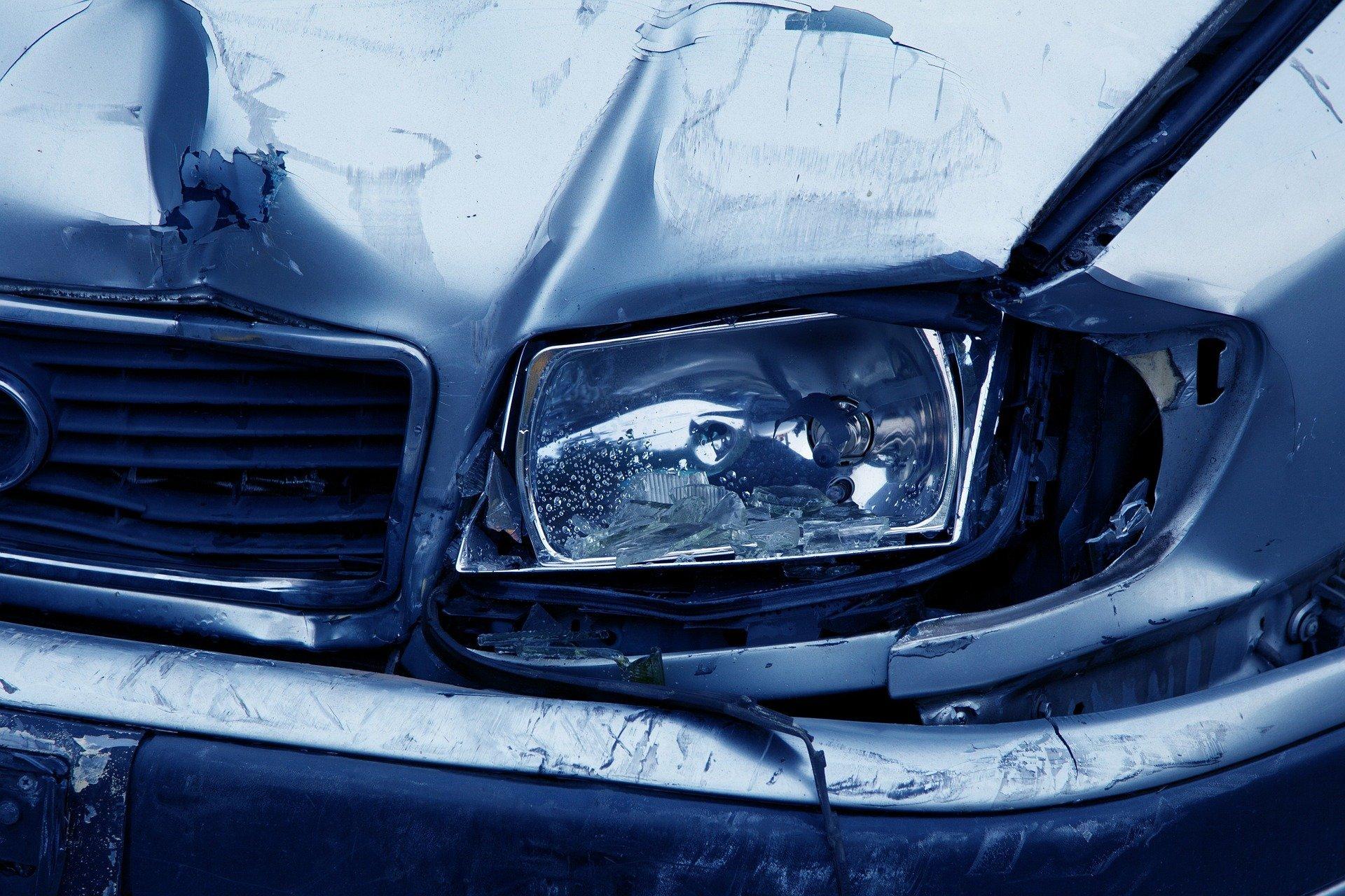 Phare d'une voiture accidentée | Source : Pixabay