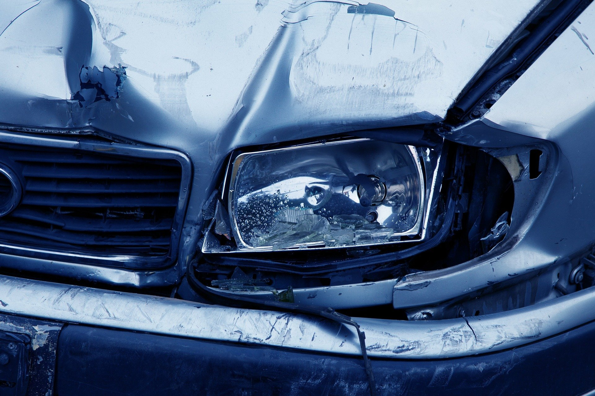 Phare d'une voiture accidentée | Source : Pixabay