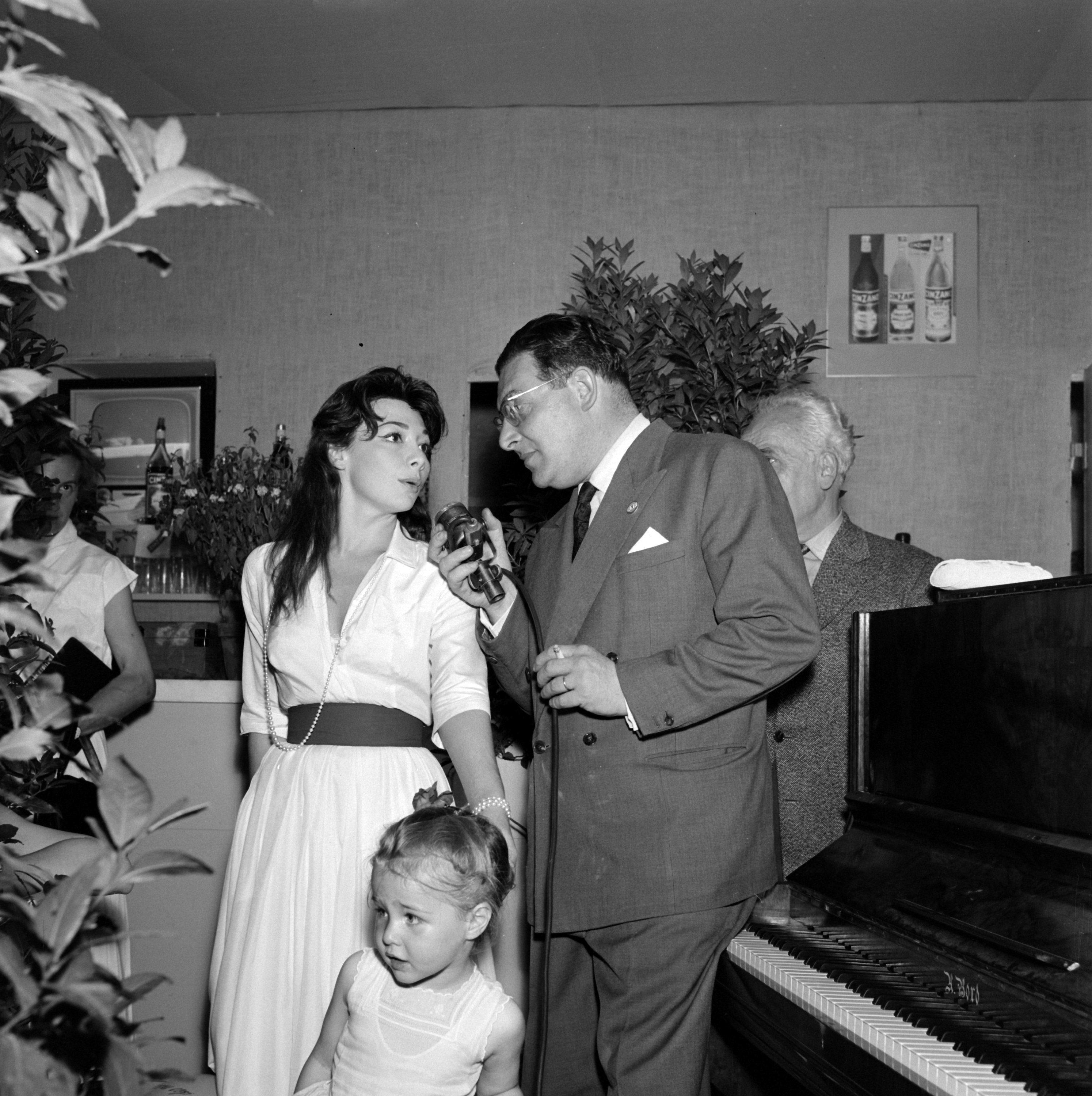 """Juliette Greco accompanied by her girl answers Leon Zitrone's questions for the program """"The Fair in Stars,"""" 1959 