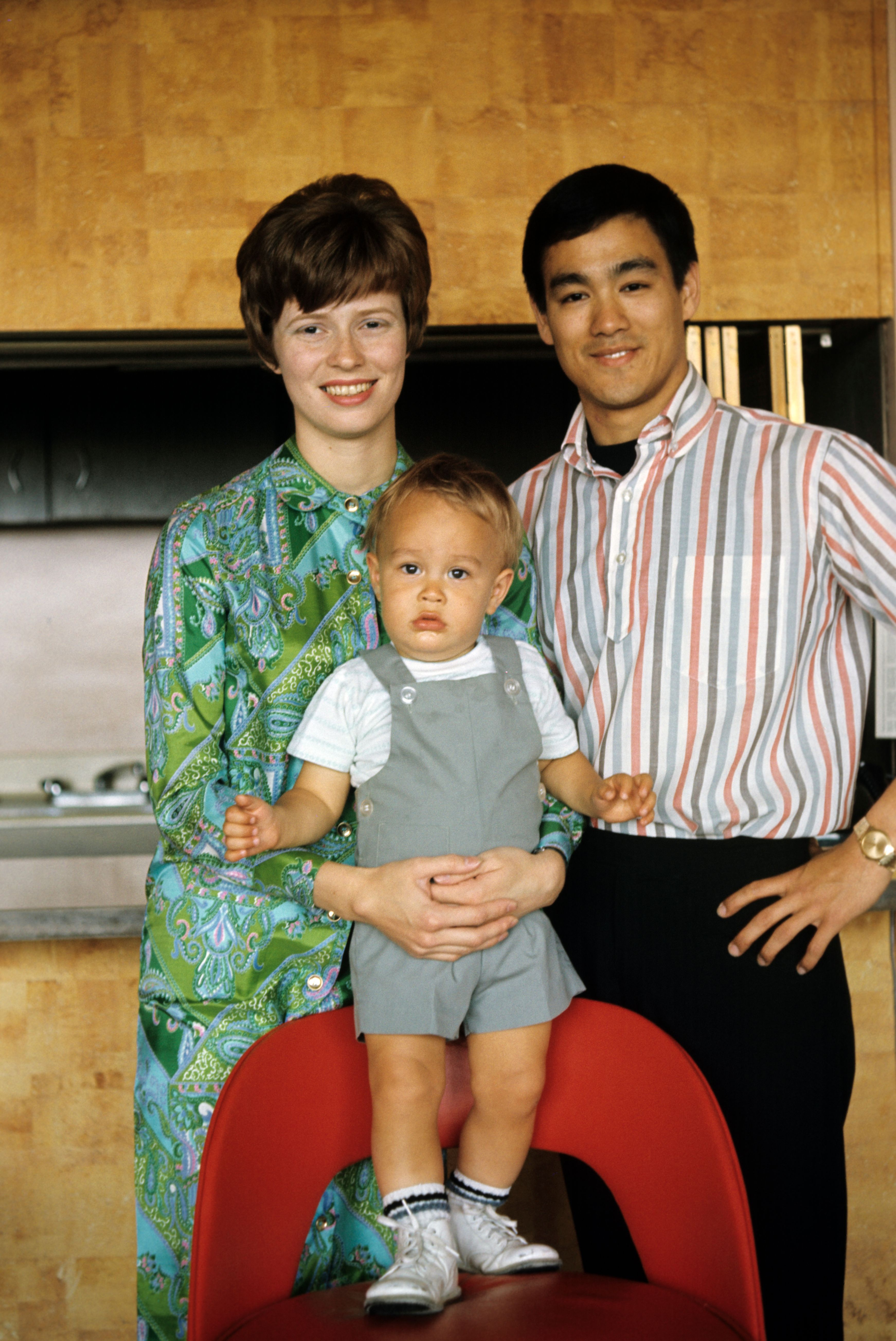 Actor Bruce Lee, his wife Linda Emery, and son Brandon Lee in 1973 | Source: Getty Images