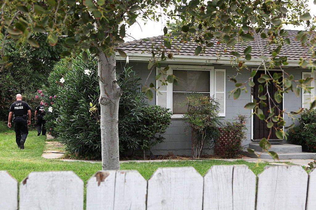 Agentes de la policía de California registrando la casa de Phillip Garrido el 28 de agosto de 2009 en Antioch, California. | Imagen: Getty Images