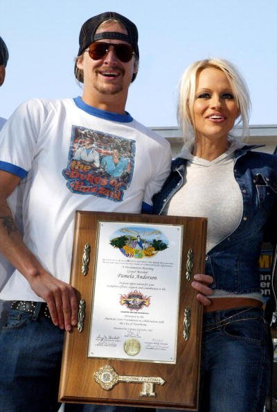 Kid Rock and his fiancee, actress Pamela Anderson, hold up the Key to the city of Hawthorne during the American Liver Foundation's S.O.S. ride to raise money for Hepatitis C research on October 27, 2002, in Hawthorne, California. | Getty Images.