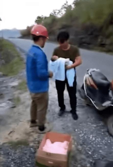 Le bébé sauvé. l Source: YouTube/Daily Mai