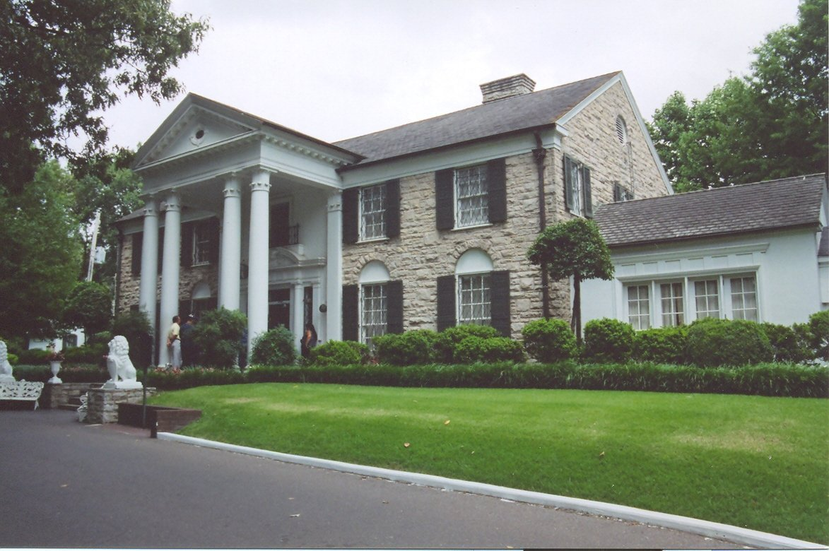 Right side view of Graceland Mansion. | Source: Wikimedia Commons