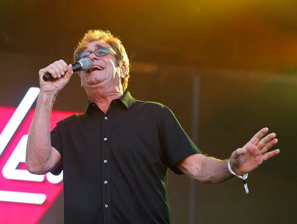 Huey Lewis de Huey Lewis et The News se produit au Lost Lake Music Festival à Phoenix, Arizona. | Photo : Getty Images