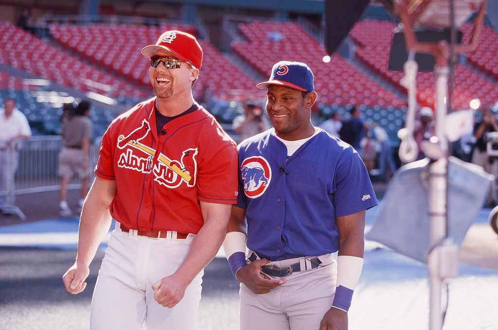: Mark McGwire and Sammy Sosa joke before the game on September 7, 1998 | Photo: Getty Images