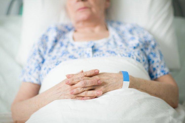 Une femme âgée sur le lit d'hopital | source : Shuttertock