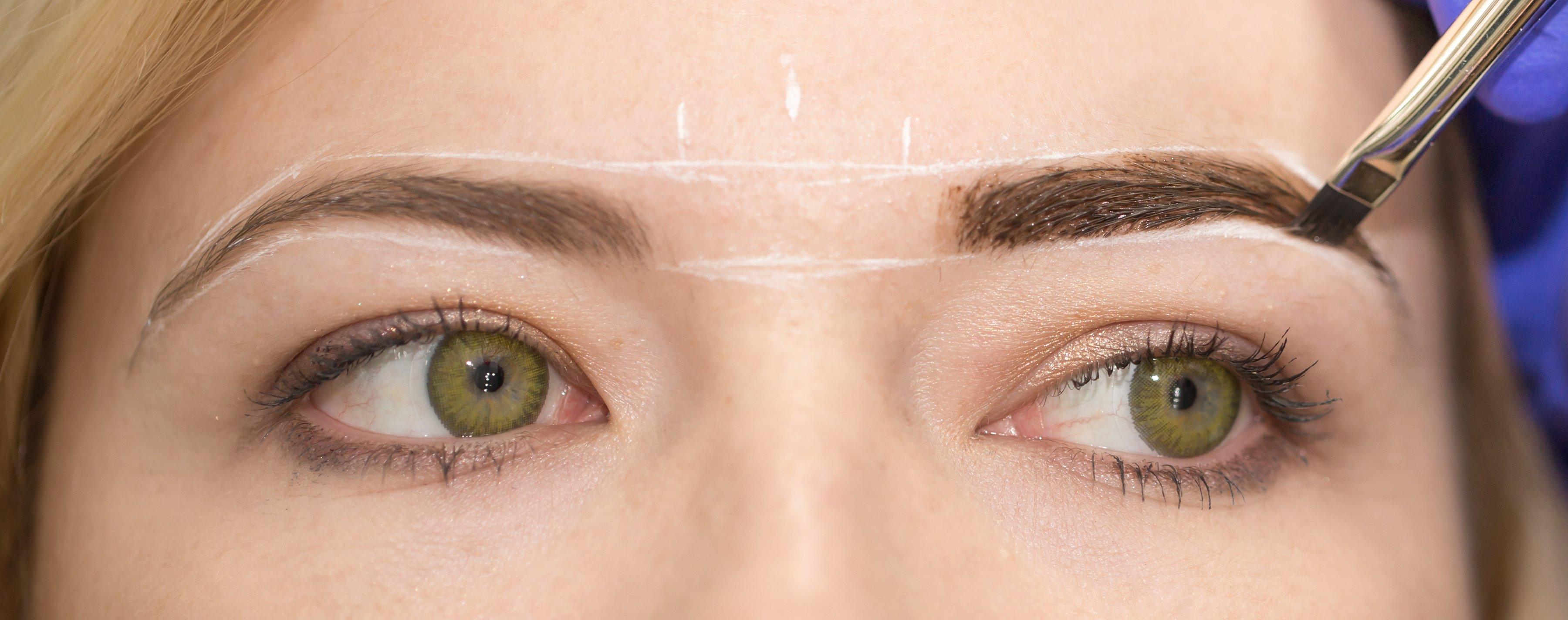 Mujer maquillándose las cejas.   Foto: Shutterstock