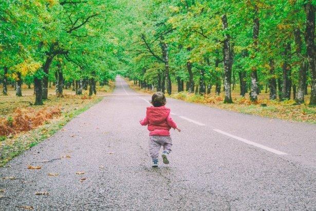 Bebé caminando por una carretera.| Imagen: Public Domain Pictures