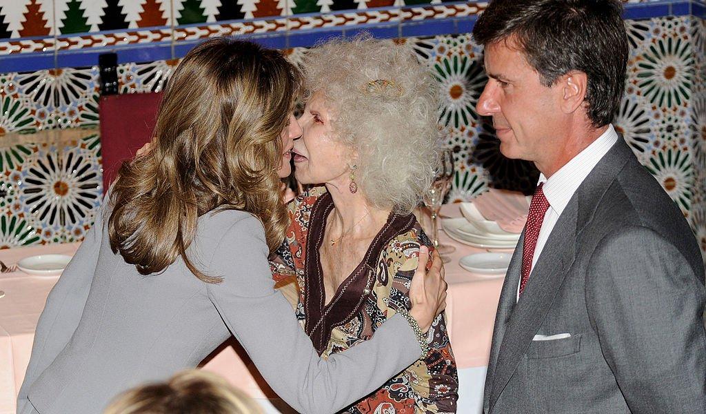 Letizia de España, Cayetana Fitz-James Stuart y Cayetano Martínez de Irujo el 4 de mayo de 2010 en Madrid, España. | Imagen: Getty Images