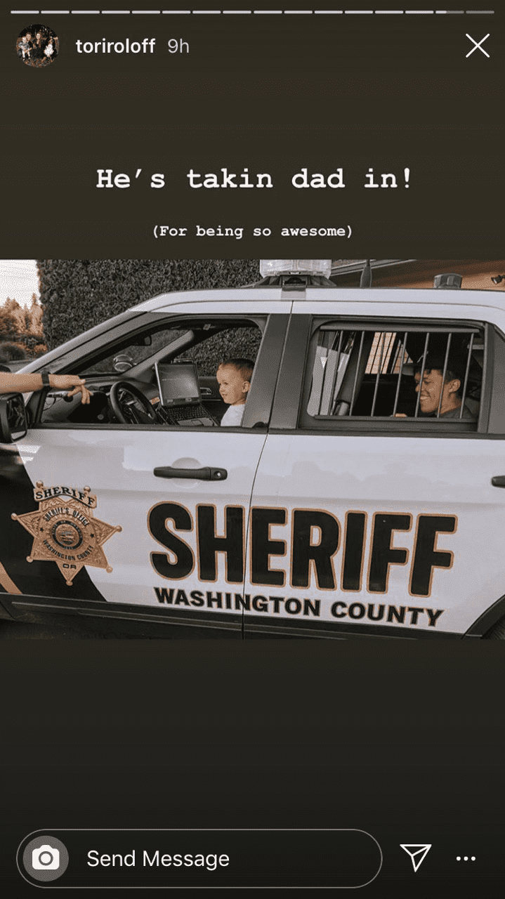Little Jackson has his father Zach in the back of a Sheriff car. | Source: Instagram/toriroloff