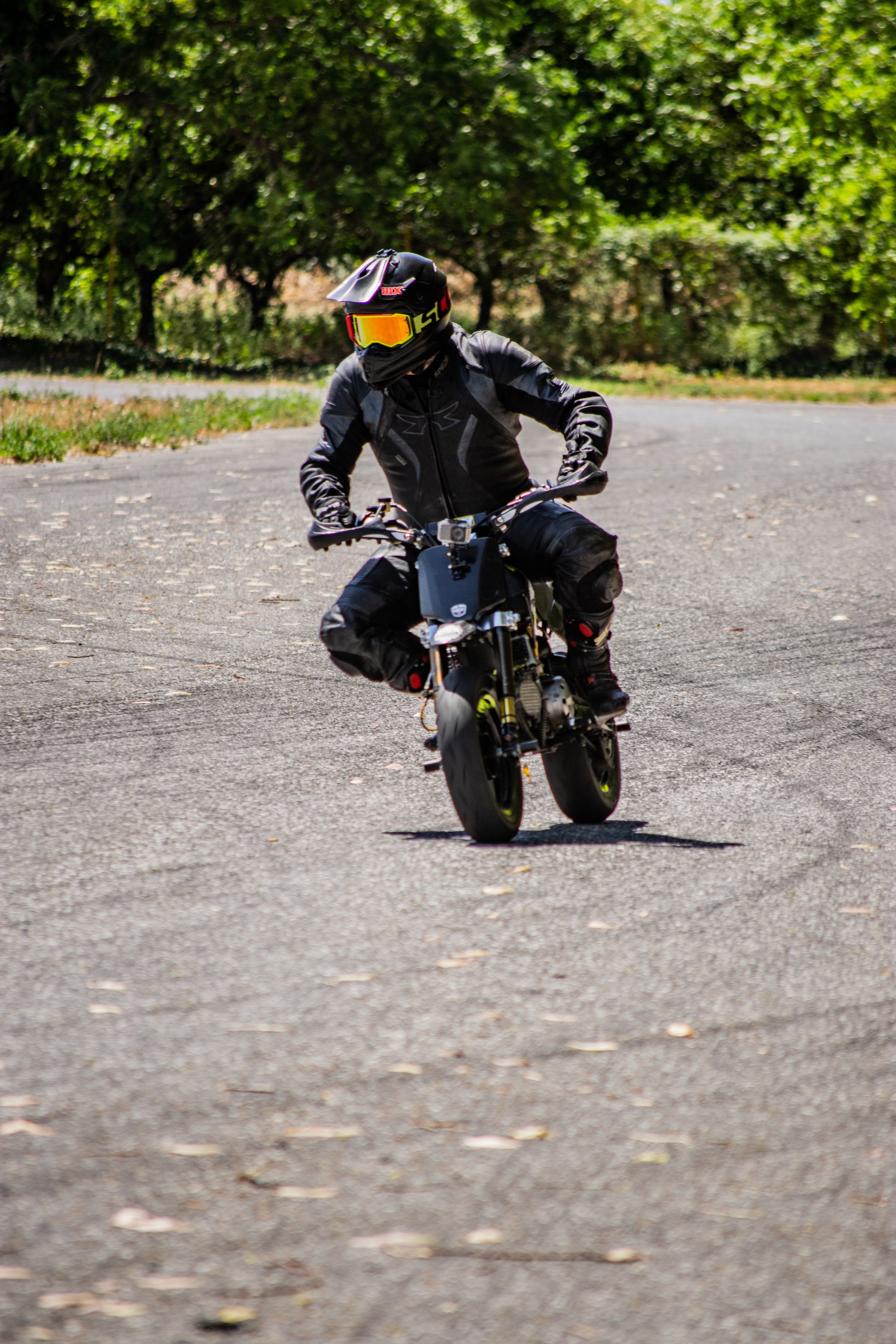 Man riding a moped with full speed. | Photo: Pexels