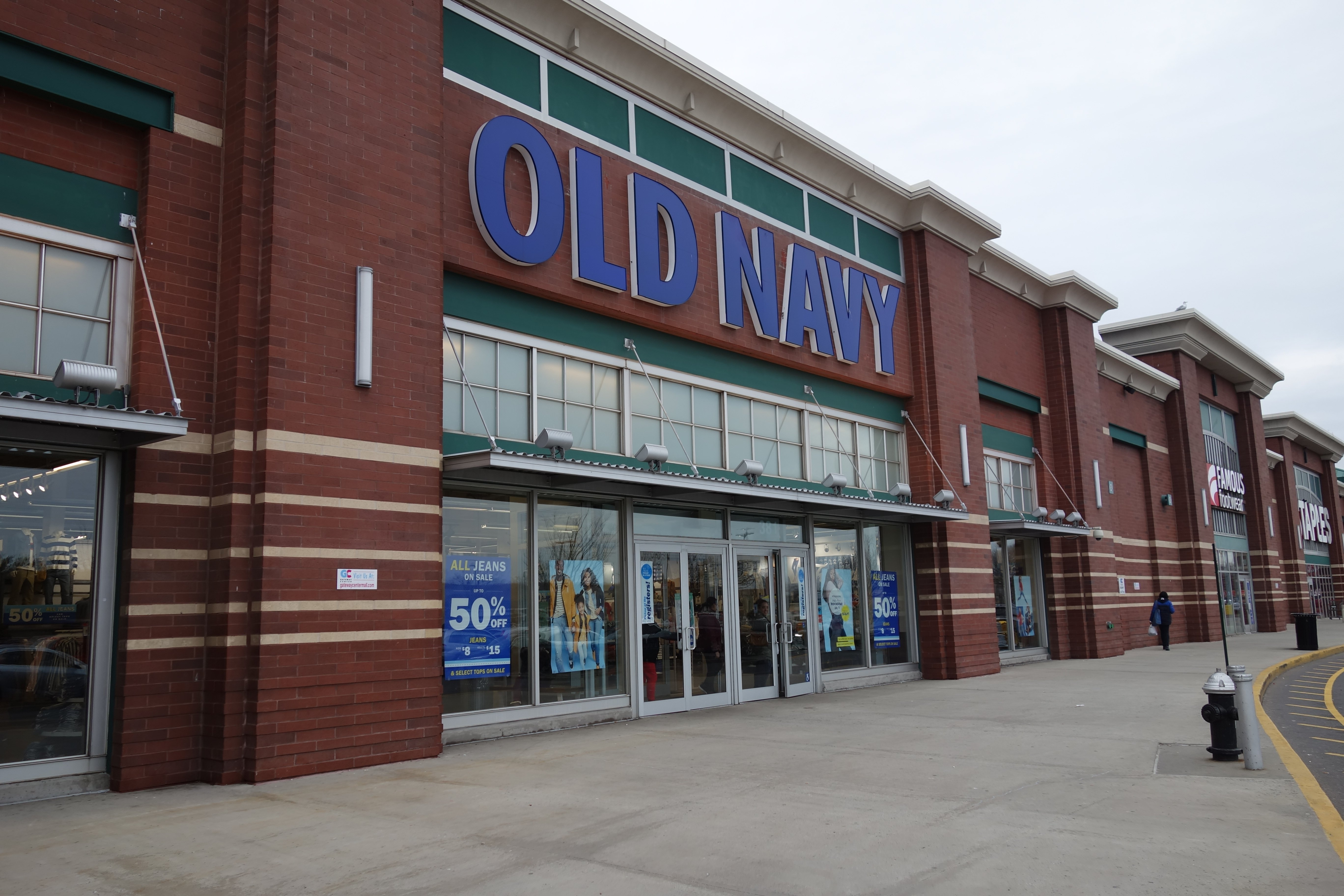 The Old Navy store of the Gateway Center South mall, on Gateway Plaza west of Erskine Street in Spring Creek, Brooklyn. | Source: Wikimedia Commons