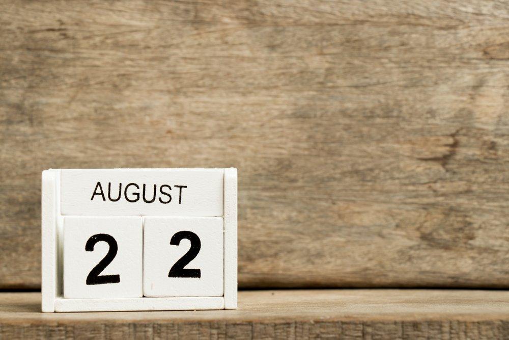 Calendario con la fecha 22 de agosto sobre fondo de madera. | Fuente: Shutterstock