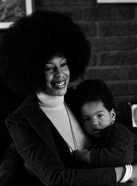Marguerite Whitley, wife of O. J. Simpson, poses for a portrait at home while holding her son Jason on January 8, 1973. | Photo: Getty Images