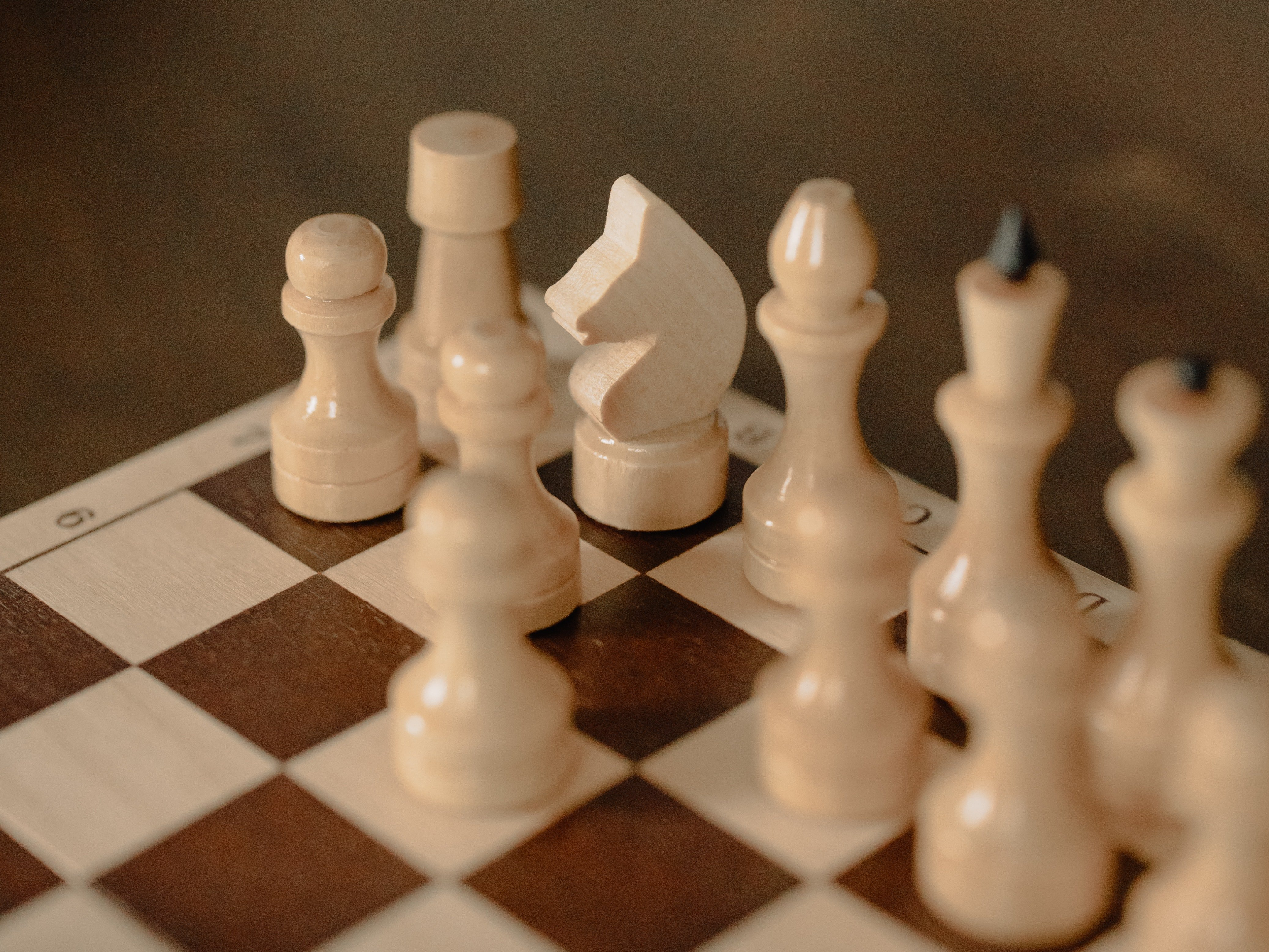 Photo of chess pieces on a chess board | Photo: Pexels