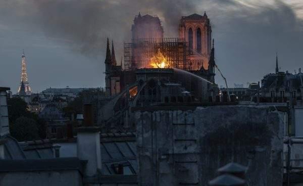 Cathédrale Notre dame en feu. | Photo : Facebook