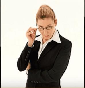 Super Nanny avec une lunette  | Youtube/jipayfrdelsur