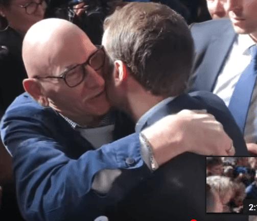 Emmanuel Macron prend un retraité dans ses bras au Salon de l'Agriculture, le 23 févier 2019 | Photo: Youtube/BFMTV