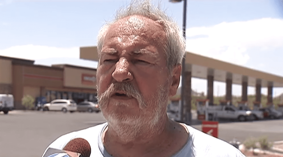 Eddie Collins, de Tucson, parlant à la journaliste de News 4 de son chien Jenny. Source : YouTube | News 4 Tucson KVOA-TV
