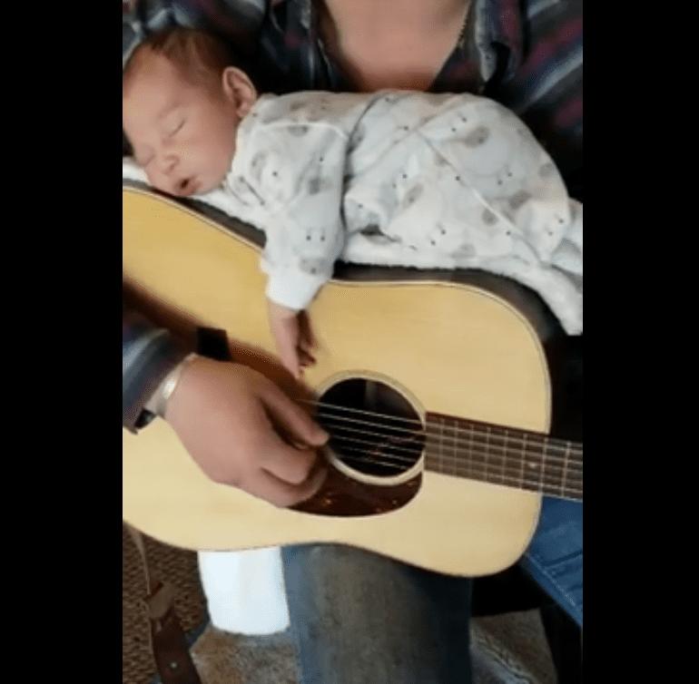 Cody Comer cantándole a su hija. Fuente: Facebook / Cody Comer Music