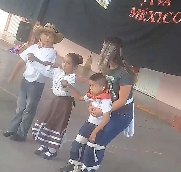 Teacher Melissa dancing alongside her students | Source: Twitter / Elpipila_mx
