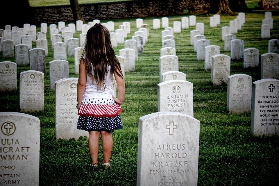 Une petite fille debout dans une cimetière | Photo : Pixabay