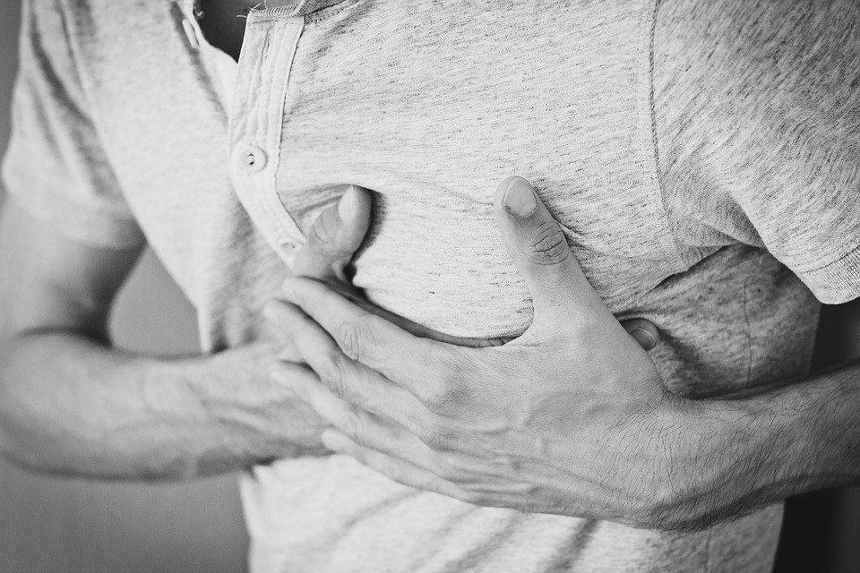 Un jeune homme souffrant de douleurs thoraciques. | Image : Pixabay