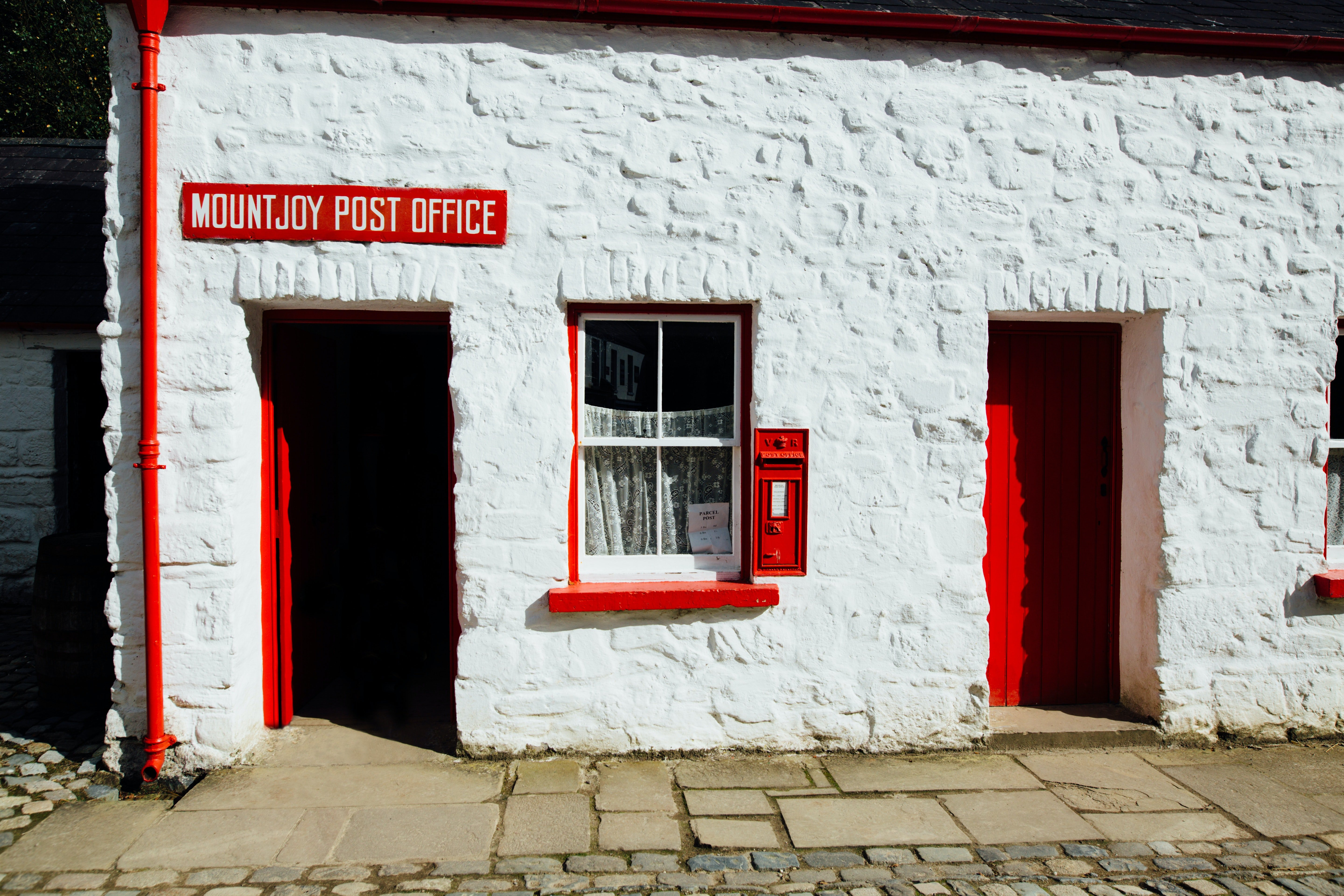 Exterior view of a small post office. | Source: Pexels.