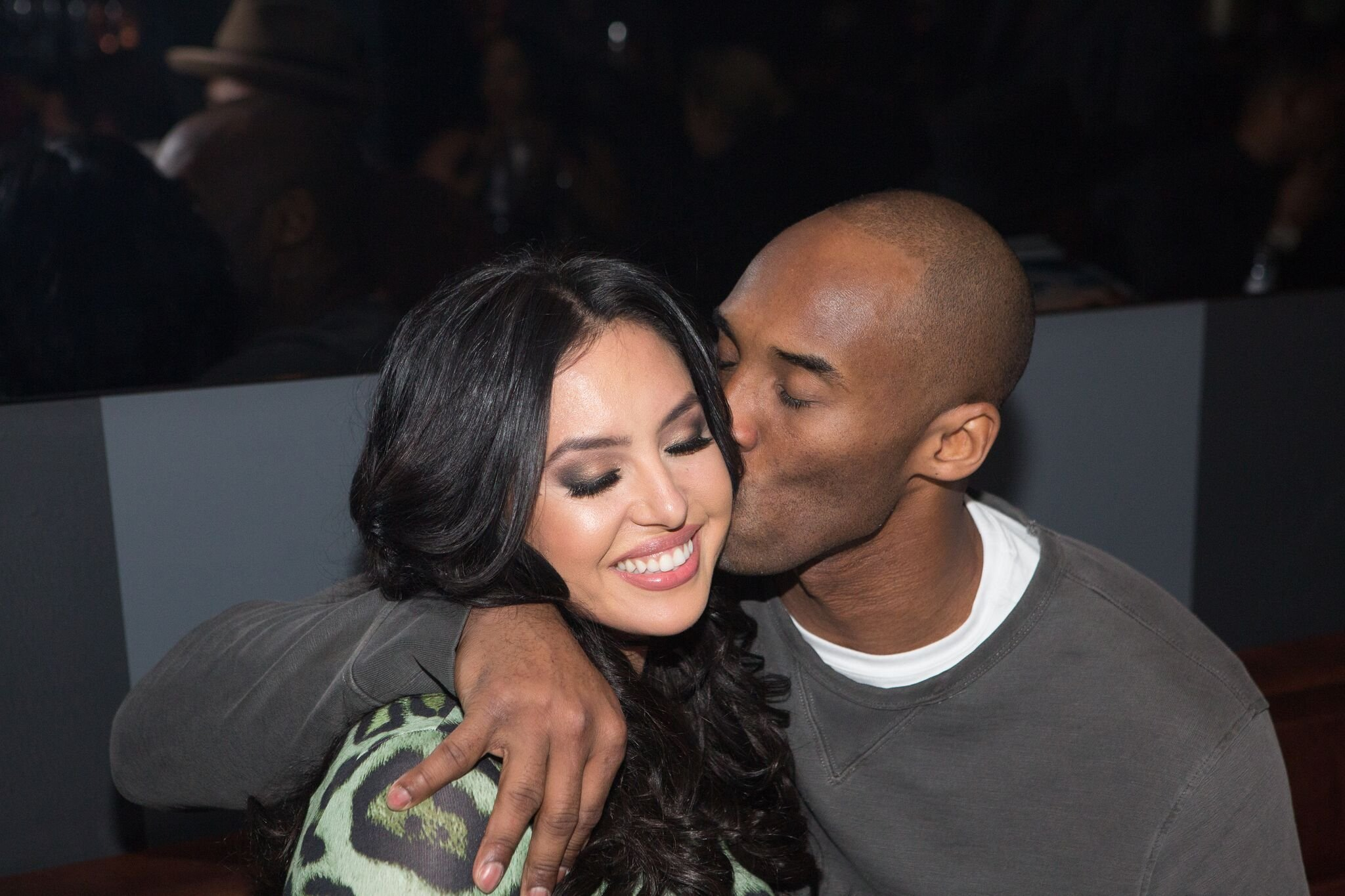Vanessa Bryant and Kobe Bryant share a kiss during The Gentleman's Supper Club hosted by Chris Paul, Dwyane Wade and Carmelo Anthony honoring Kobe Bryant  | Getty Images / Global Images Ukraine