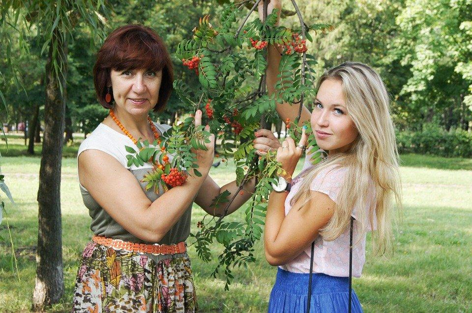Une mère et sa fille dans un jardin | Image : Max Pixel