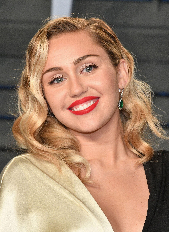 Miley Cyrus assiste à la soirée des Oscars 2018 organisée par Vanessa Fair et animée par Radhika Jones au Centre des arts de la scène Wallis Annenberg le 4 mars 2018 à Beverly Hills, Californie |Photo: Getty Images