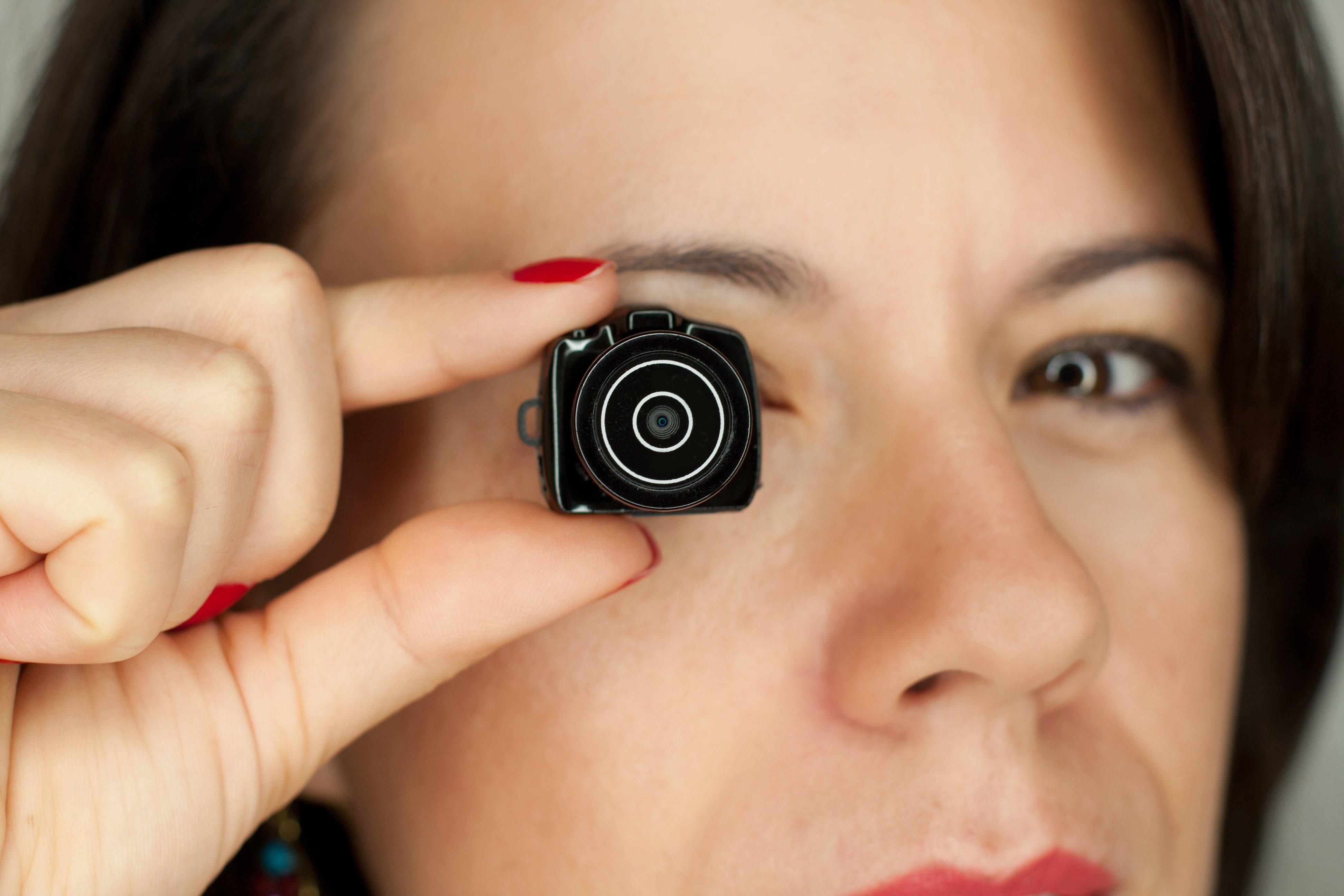 Mujer con mini cámara de fotos dslr. Fuente: Shutterstock