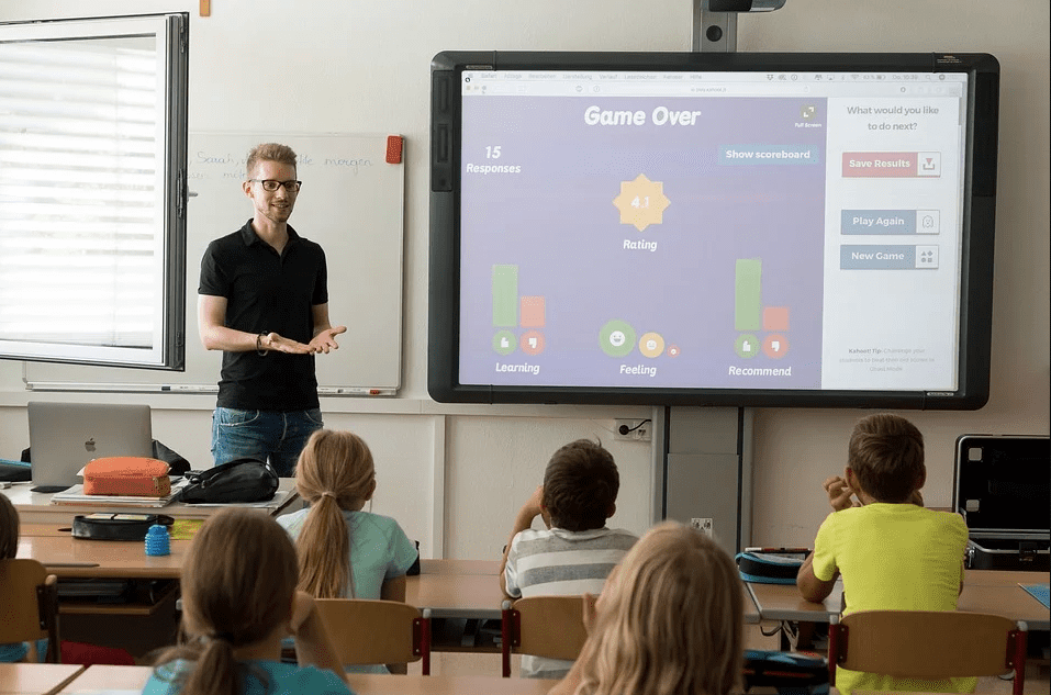 Male teacher lecturing junior high school students. | Photo: Pixabay