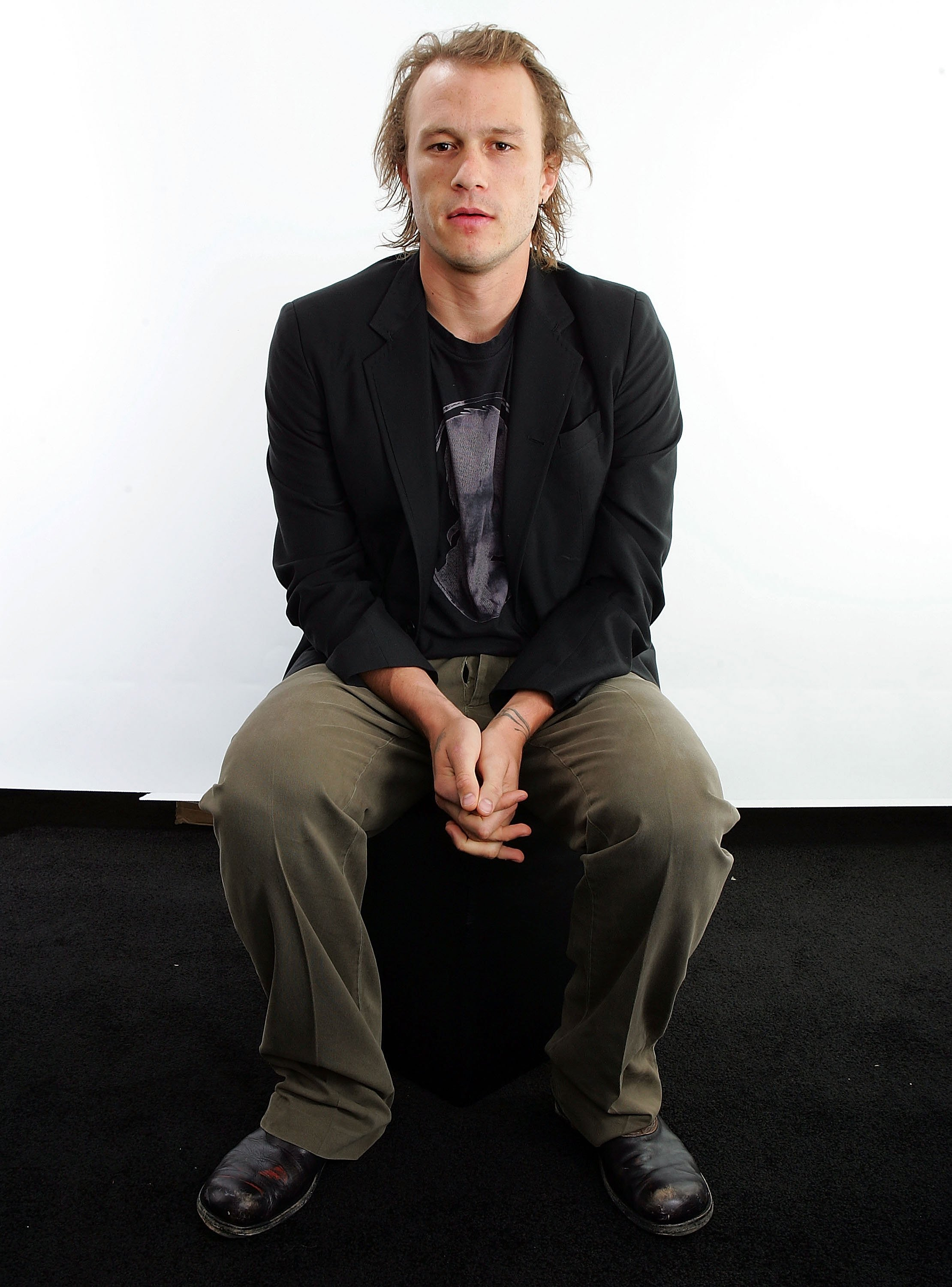Heath Ledger posing for portraits in the Chanel Celebrity Suite at the Four Season hotel during the Toronto International Film Festival in Toronto, Canada | Photo: Carlo Allegri/Getty Images