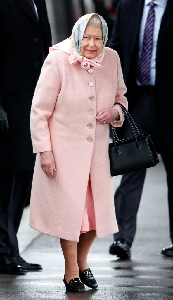Queen Elizabeth II arrives at King's Lynn railway station, after taking the train from London King's Cross, to begin her Christmas break at Sandringham House. | Photo: Getty Images