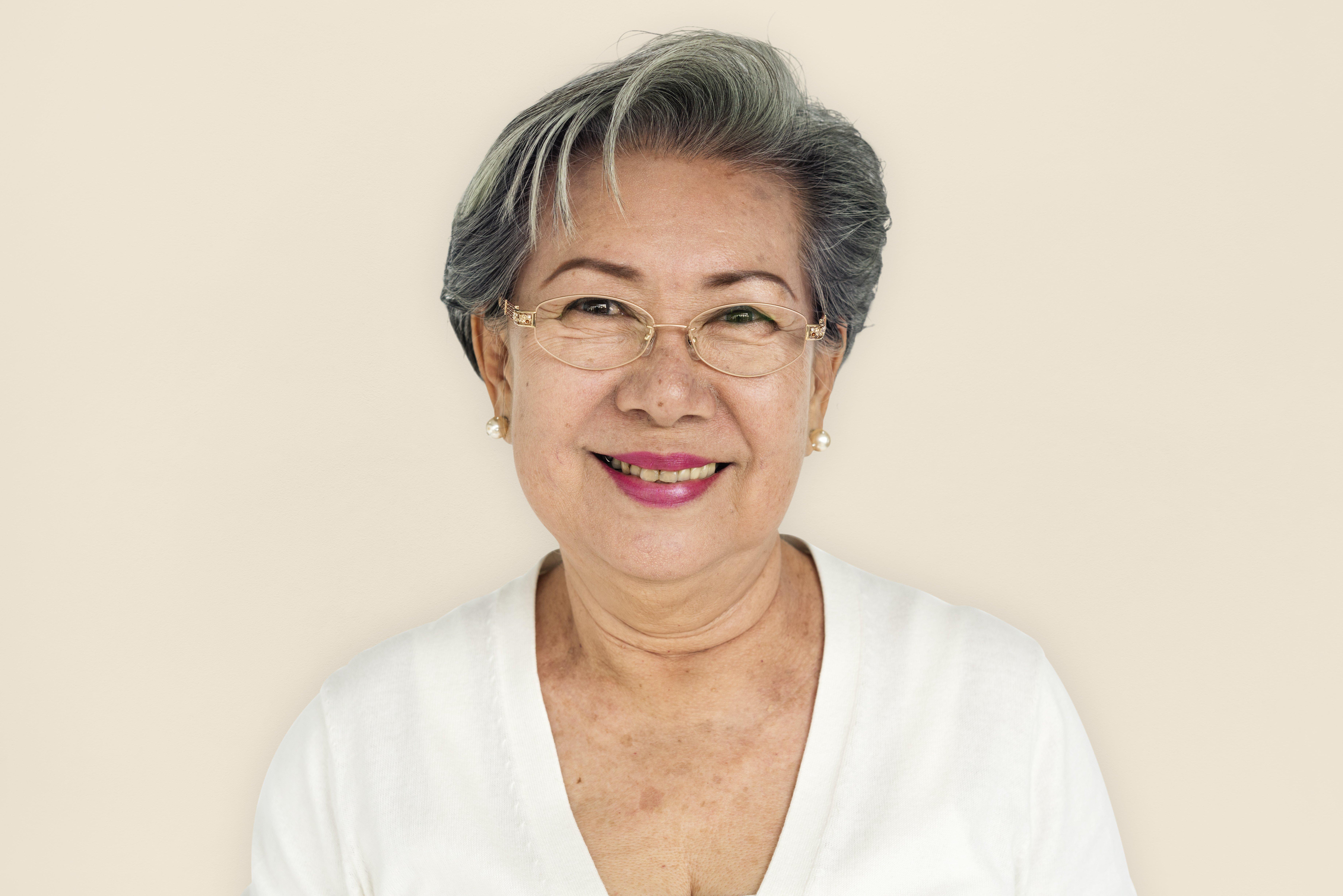 Mujer tailandesa sonriendo feliz. Fuente: Shutterstock