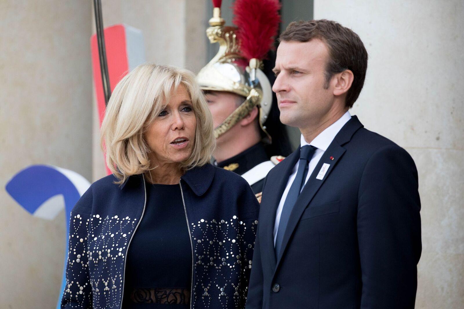 Emmanuel Macron et son épouse Brigitte Trogneux attendent d'accueillir leurs invités. | Photo : GettyImage