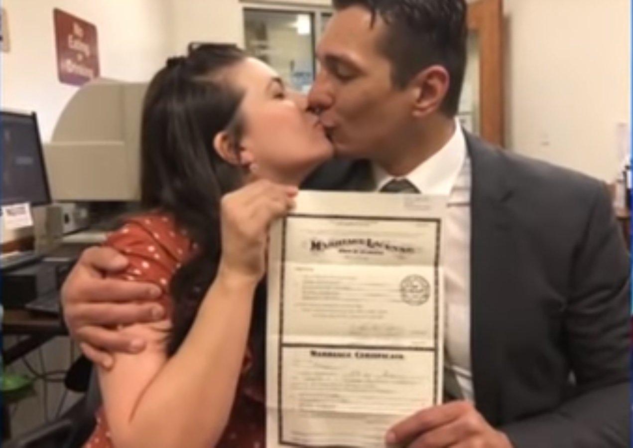 La pareja compartiendo un beso. Fuente: YouTube /  KATC