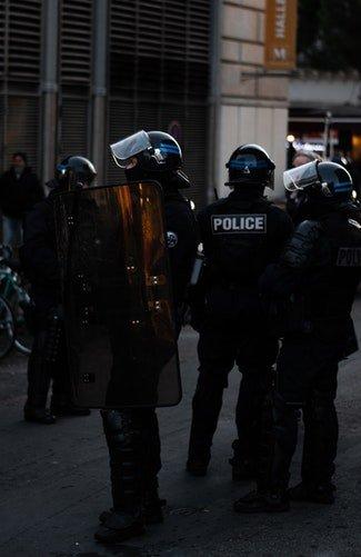 Des groupes de policier sur la route | Photo / Unsplash