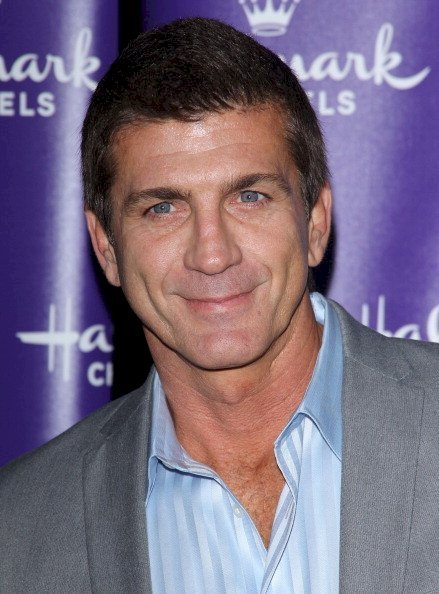 Joe Lando pose devant un photographe | Source : Getty Images